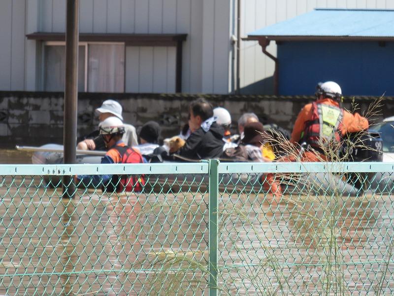 救助隊のボートで家族は脱出.jpg